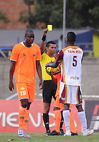 ENVIGADO -COLOMBIA-26-07-2014. Julian Mejia, arbitro muestra tarjeta amarilla a Julian Quiñonez (Der) del Deportes Tolima durante partido contra Envigado FC por la fecha 2 de la Liga Postobón II 2014 realizado en el Polideportivo Sur de la ciudad de Envigado./ Julian Mejia, referee, shows the yellow card to Julian Quiñonez (R) of Deportes Tolima during match against Envigado FC for the second date of the Postobon League II 2014 at Polideportivo Sur in Envigado city.  Photo: VizzorImage/Luis Ríos/STR
