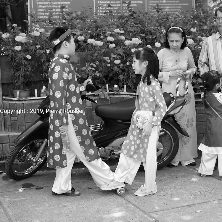 Jeu improvise de foot entre frere et soeur, a la Pagode Long Son, Le jour du tet ; le nouvel an vietnamien, 5 fevrier 2019 <br /> <br /> Improvised foot game between brother and sister, at Long Son pagoda, on Tet day, Feb 5, 2019