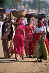 India, Rajasthan, Pushkar: Local women carrying baskets on heads | Indien, Rajasthan, Pushkar: einheimische Frauen tragen Koerbe auf den Koepfen