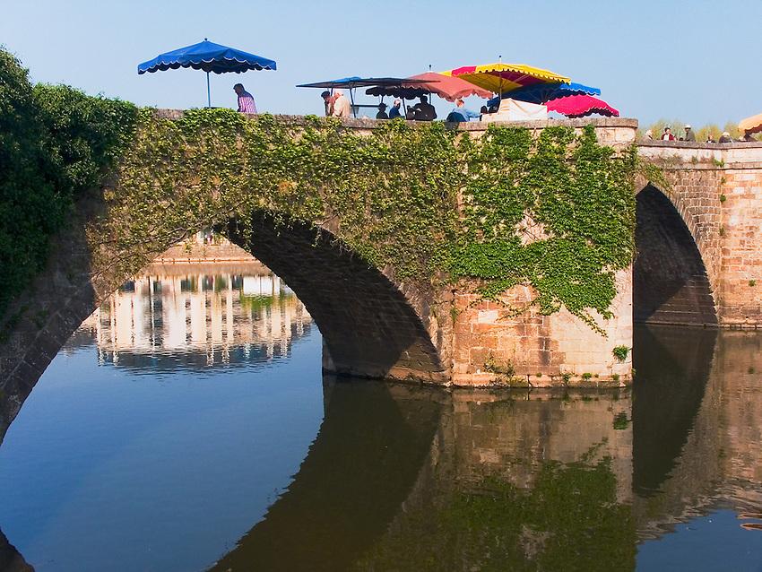 Marche sur le Pont Vieux, 12e siecle<br /> Market over Pont Vieux, , 12th century