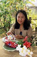 """Asie/Thaïlande/Chiang Mai : Mme Anya Potiwat du """"Dok Mai & Sai Mok restaurant"""" préparant une recette à base de fleurs"""
