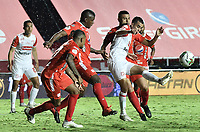 CALI - COLOMBIA, 20-12-2020: Marlon Torres con Rodrigo Ureña del América y Daniel Giraldo del Santa Fe durante partido por la final ida como parte de la Liga BetPlay DIMAYOR 2020 entre América de Cali e Independiente Santa Fe jugado en el estadio Pascual Guerrero de la ciudad de Cali. / Marlon Torres with Rodrigo Ureña of America and Daniel Giraldo of Santa Fe during first leg final match as part of BetPlay DIMAYOR League 2020 between America de Cali and Independiente Santa Fe played at Pascual Guerrero stadium in Cali. Photo: VizzorImage / Gabriel Aponte / Staff