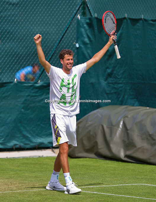 England, London, June 29, 2015, Tennis, Wimbledon, practisecourts, Robin Haase (NED) cellebrates his practice win<br />