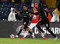 BOGOTÁ - COLOMBIA, 23-10-2018: Luis Seijas (Cent.) jugador de Independiente Santa Fe (COL), disputa el balón con Daniel Giraldo (Izq.) y Didier Delgado (Der.) jugadores de Deportivo Cali (COL), durante partido de ida entre Independiente Santa Fe (COL) y Deportivo Cali (COL), de los cuartos de final, S1 por la Copa Conmebol Sudamericana 2018, en el estadio Nemesio Camacho El Campin, de la ciudad de Bogotá. / Luis Seijas (C) player of Independiente Santa Fe (COL), fights for the ball with Daniel Giraldo (L) and Didier Delgado (R) players of Deportivo Cali (COL), during a match of the first leg between Independiente Santa Fe (COL) and Deportivo Cali (COL), of the quarterfinals, S1 for the Conmebol Sudamericana Cup 2018 in the Nemesio Camacho El Campin stadium in Bogota city. Photo: VizzorImage / Luis Ramírez / Staff.