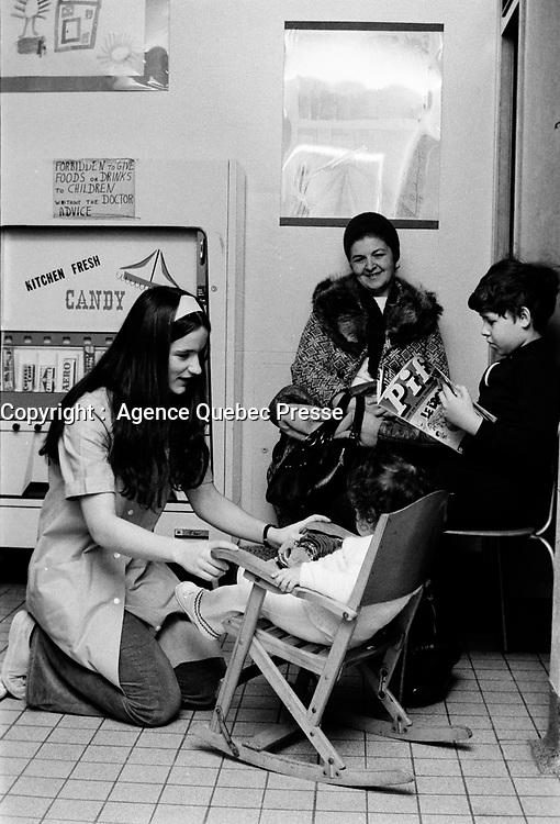 ARCHIVE -<br /> Hopital Sainte-Justine, Urgences,<br /> Mars 1973<br /> <br /> Photo : Agence Quebec Presse  - Alain Renaud