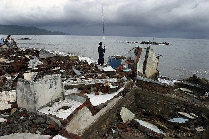 A fishermen castes out to sea at the site where the tsunami hit the coast of Banda Aceh, Indonesia on 22 October, 2005. Despite the devastating waves that erased half of the city on 26 December, 2005, some fisherman have returned to the coast.<br />