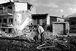 EARTHQUAKE IN ABRUZZO: THE FIRST 72 HOURS..L'AQUILA, PAGANICA, ONNA..A 24 ore dalla scossa, una coppia fotografa i resti di un'abitazione crollata durante il sisma.