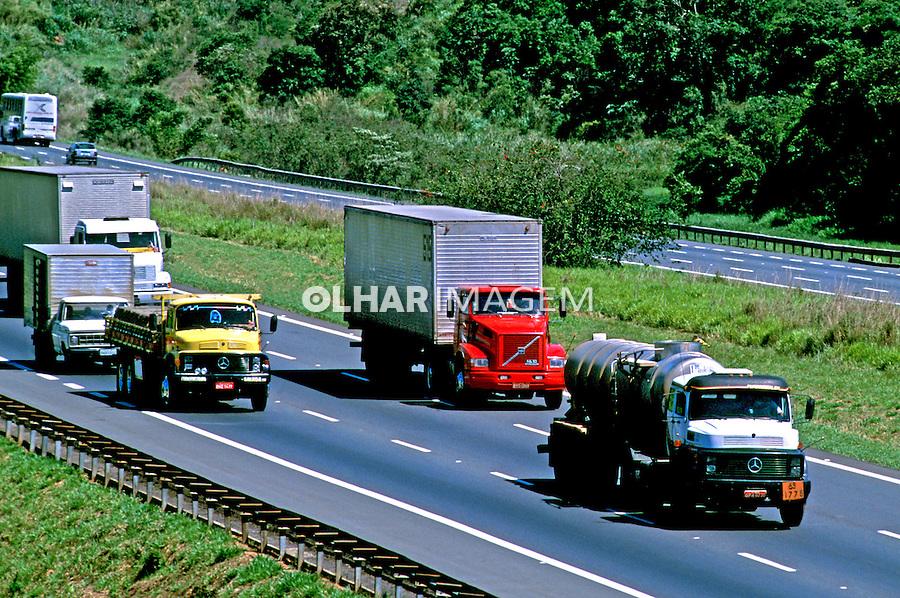 Transporte de carga, Rodovia do Bandeirantes, São Paulo. 2000. Foto de Juca Martins.
