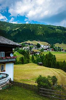 Oesterreich, Kaernten, Lesachtal, Maria Luggau: mit Wallfahrtskirche Maria Schnee | Austria, Carinthia, Lesach Valley, Maria Luggau: with pilgrimage church Maria Schnee