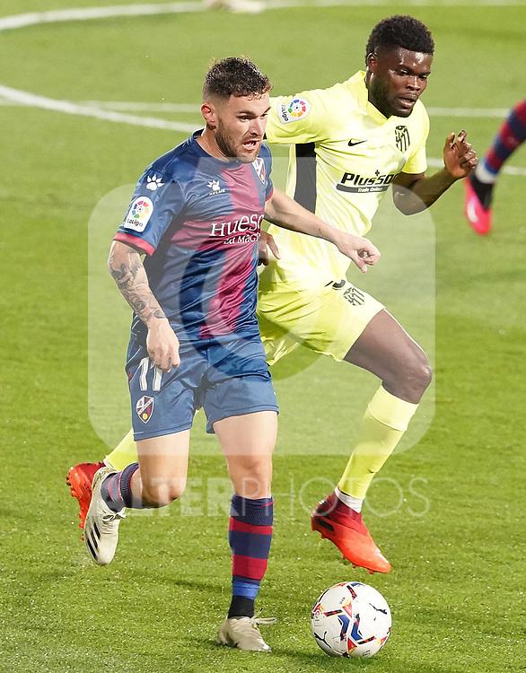 SD Huesca's Javi Galan (l) and Atletico de Madrid's Thomas Partey during La Liga match. September 30,2020. (ALTERPHOTOS/Acero)