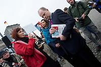 """In Solidaritaet mit dem Whistleblower Edward Snowden und gegen die Ueberwachung veranstalteten die Organisationen """"Rechtsanwaelte gegen Totalueberwachung"""" und campact vor dem Reichstag eine Kundgebung.<br />Sie forderten ein Ende der digitalen Ueberwachung und Asyl fuer Snowden in Deutschland.<br />Im Bild: Christian Lange, Parlamentarischer Geschäftsfuehrer der SPD-Bundestagsfraktion als Vertretung fuer den SPD-Fraktionsvorsitzenden,  Frank-Walter Steinmeier haelt die von campact gesammelten Unterschriften fuer ein Asyl fuer Edward Snowden. Links von ihm mit blauer Stola die Fraktionsvorsitzende von B90/Gruene, Katrin Goering-Eckardt.<br />18.11.2013, Berlin<br />Copyright: Christian-Ditsch.de<br />[Inhaltsveraendernde Manipulation des Fotos nur nach ausdruecklicher Genehmigung des Fotografen. Vereinbarungen ueber Abtretung von Persoenlichkeitsrechten/Model Release der abgebildeten Person/Personen liegen nicht vor. NO MODEL RELEASE! Don't publish without copyright Christian-Ditsch.de, Veroeffentlichung nur mit Fotografennennung, sowie gegen Honorar, MwSt. und Beleg. Konto:, I N G - D i B a, IBAN DE58500105175400192269, BIC INGDDEFFXXX, Kontakt: post@christian-ditsch.de<br />Urhebervermerk wird gemaess Paragraph 13 UHG verlangt.]"""