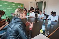 Ca. 50 Fluechtlinge und Unterstuetzer haben am Mittwoch den 17. September 2014 die Parteizentrale von Buendnis 90/Die Gruenen in Berlin besetzt. Sie forderten, dass die Vertreter von Gruenen Landesregierungen am Freitag den 19. September 2014 in der Sitzung des Bundesrates gegen die weitere Verschaerfung des Asylrechts stimmen. Die Verschaerfung wuerde nach Aussagen von Besetzern auf einer kurzfristig einberufenen Pressekonferenz, die faktische Abschaffung des Asylrechts bedeuten.<br /> Die Mitarbeiter und die Parteifuehrung solidarisierten sich mit dem Anliegen der Besetzer, wollten aber keine Zusage ueber das Abstimmungsverhalten im Bundesrat machen. Die Polizei wurde von den Hausherren nicht an das Gebaeude gelassen und auch eine Raeumung durch die Polzei wurde abgelehnt. Die Polizei hielt sich daraufhin zurueck.<br /> Die Parteichefin Simone Peters (links) lud die Besetzer nach deren Pressekonferenz zu einem Gespraech und diskutierte mit ihnen.<br /> 17.9.2014, Berlin<br /> Copyright: Christian-Ditsch.de<br /> [Inhaltsveraendernde Manipulation des Fotos nur nach ausdruecklicher Genehmigung des Fotografen. Vereinbarungen ueber Abtretung von Persoenlichkeitsrechten/Model Release der abgebildeten Person/Personen liegen nicht vor. NO MODEL RELEASE! Don't publish without copyright Christian-Ditsch.de, Veroeffentlichung nur mit Fotografennennung, sowie gegen Honorar, MwSt. und Beleg. Konto: I N G - D i B a, IBAN DE58500105175400192269, BIC INGDDEFFXXX, Kontakt: post@christian-ditsch.de<br /> Urhebervermerk wird gemaess Paragraph 13 UHG verlangt.]