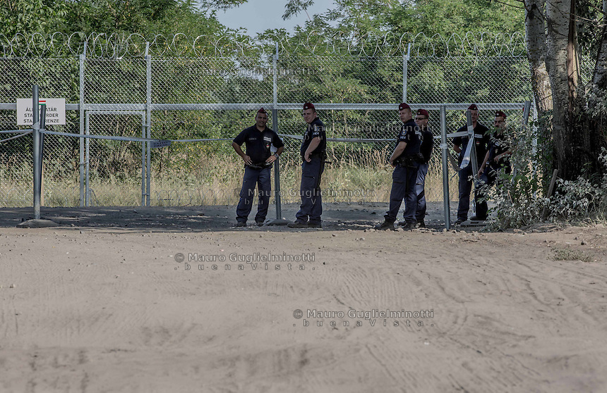 Hungarian soldiers at the new wall on the border between Serbia and Hungary to stop immigrants coming from Syria and Afghanistan ; soldati ungheresi a controllo  del nuovo muro al confine tra Serbia e Ungheria per fermare gli immigrati in arrivo da Siria e Afghanistan