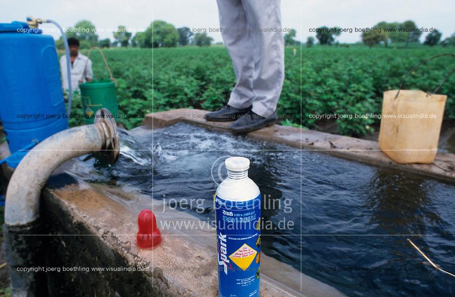 INDIA Madhya Pradesh, farm worker spray chemical pesticide in cotton field without protection / INDIEN, Landarbeiter verspruehen chemische Pestizide ohne Schutzkleidung im Baumwollfeld