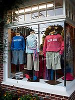 USA, Neuengland, Kleidung in einem Schaufenster in Chatham, Cape Cod, 26.08.2010<br /> <br /> <br /> Engl.: USA, New England, Cape Cod, Chatham, shop window, clothes, fashion store, 26 August 2010