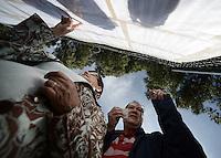 BOGOTÁ -COLOMBIA. 25-05-2014. Colombianos buscan su puesto de votación durante la jornada de elecciones Presidenciales en en Colombia que se realizan hoy 25 de mayo de 2014 en todo el país./ Colombian people search their vota table during the day of Presidential elections in Colombia that made today May 25, 2014 across the country. Photo: VizzorImage/ Gabriel Aponte / Staff