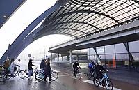 Nederland  Amsterdam - 2 jan 2021.     Achterzijde van Centraal Station.  Fietsers komen van de pont.  Foto : ANP/ HH / Berlinda van Dam