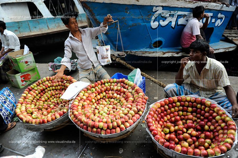 BANGLADESH Dhaka, ferry ship terminal Sadarghat at Buriganga river, street vendor selling chinese apples / BANGLADESCH Dhaka , Faehrschiff Terminal Sadarghat am Buriganga Fluss, Strassenhaendler verkaufen chinesische Aepfel