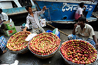BANGLADESH Dhaka, ferry ship terminal Sadarghat at Buriganga river, street vendor selling chinese apples / BANGLADESCH Dhaka , Faehrschiff Terminal Sadarghat am Buriganga Fluss, Strassenhaendler verkaufen chinesische Aepfel