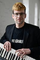 """Hamburg, Eisenhans Band """"Bitte Laecheln"""", ein integratives Bandprojekt von Thalia und Leben mit Behinderung e.V. , Studioaufnahmen fuer eine CD im Rahmen einer Foerderung der Aktion Mensch, Einzel Portraets der Bandmitglieder:  Florian Blumenhagen (Schlagzeug), Dominic Dober (Djembe), Lukas Johannsen (Gesang), Philipp Mohr (Gesang), Vincent Bunk (Keyboard), Dennis Reinhardt (Keyboard), Benjamin Richter (Saxophon), Leitung Mirko Frank (E-Bass / A-Gitarre)"""