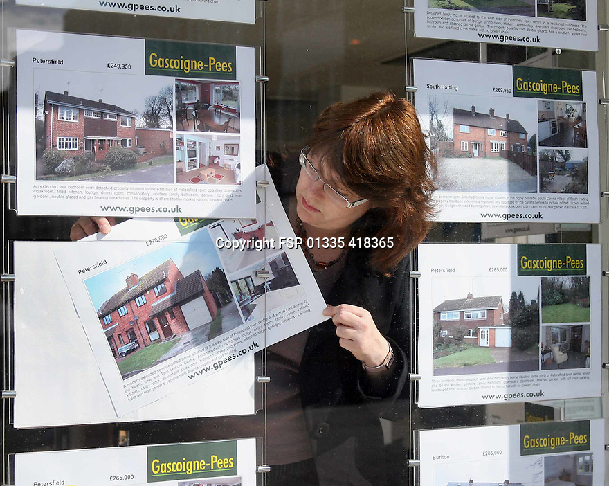 04/08/15    FILE PHOTO<br /> <br /> House prices rise by 3.5 % in July.