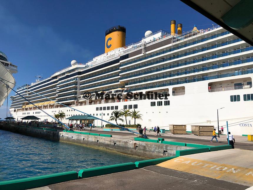 Costa Luminosa im Hafen von Nassau, Bahamas im Sonnenuntergang - 26.01.2020: Nassau
