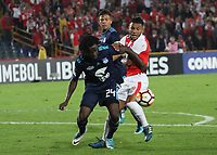 BOGOTÁ -COLOMBIA, 1-03-2018: Wilson Morelo (Der.) de Independiente Santa Fe  de Colombia disputa el balón con Juan Paredes (Izq.) de  Emelec de Ecuador  durante partido por La Copa Conmebol Libertadores 2018 , grupo D  , fecha 1,jugado en el estadio Nemesio Camacho El Campín de la ciudad de Bogotá./ Wilson Morelo (R) player of Independiente Santa Fe of Colombia disputes the ball with Juan Paredes (L) player of Emelec of Ecuador during match  by the Conmebol Libertadores Cup 2018, group D, date 1 , played in Nemesio Camacho El Campín stadium of the Bogota  city. Photo: VizzorImage/ Felipe Caicedo / Staff