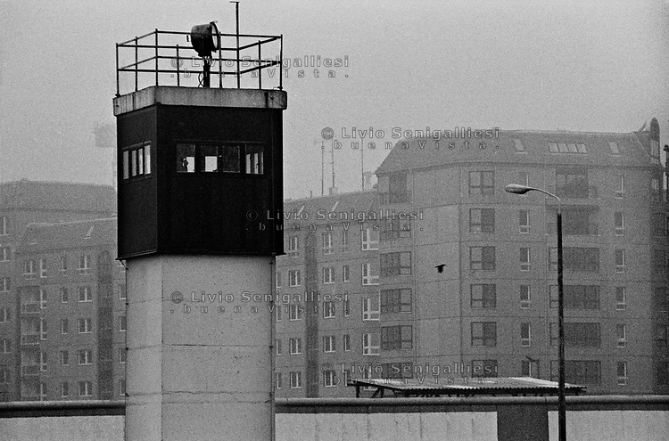 BERLINO EST / DDR / GERMANIA EST / 10 NOVEMBRE 1989.TORRE DI CONTROLLO DA CUI LE GUARDIE DI CONFINE DELLA DDR CONTROLLANO LA ZONA TRA I DUE MURI NELL'AREA DELLA POTSDAMER PLATZ. .FOTO LIVIO SENIGALLIESI..EAST BERLIN / DDR / EAST GERMANY / 10 NOVEMBER 1989.WATCH TOWER FROM WHERE DDR BORDER SOLDIERS PATROLLED THE AREA OF POTSDAMER PLATZ BETWEEN THE TWO WALLS. .PHOTO LIVIO SENIGALLIESI