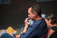 Veranstaltung der Reihe GehtAuchAnders mit einer Diskussion zur Berliner Abgeordnetenhauswahl 2016 im Heimathafen Neukoelln.<br /> Die Initiative hatte sechs Kandidaten der wahrscheinlich in der kommenden Legislaturperiode im Abgeordnetenhaus vertretenen Parteien zu einer Diskussion eingeladen. Die Kandidaten mussten sich in einer ersten Runde anonym Fragen von stadtpolitischen Gruppen stellen. Im Anschluss gab es eine Podiumsdiskussion zu stadtpolitischen Themen, bei der die Kandidaten fuer das Publikum sichtbar waren.<br /> Als Diskutanten nahmen teil: Dr. Matthias Kollatz-Ahnen, (SPD) Finanzsenator; Christian Goiny, MdA (CDU), medienpolitischer Sprecher Katrin Lompscher; MdA (Linkspartei), stellv. Fraktionsvorsitzende und Sprecherin fuer Stadtentwicklung, Bauen und Wohnen; Antje Kapek, MdA (Buendnis 90/Die Gruenen), Fraktionsvorsitzende und Spitzenkandidatin;  Bernd Schloemer (FDP), Spitzenkandidat Friedrichshain-Kreuzberg und ehem. Vorsitzender Piratenpartei; Karsten Woldeit (AfD), Platz 2 der Landesliste und Direktkandidat in Lichtenberg. Moderiert wurde die Veranstaltung von P.R. Kantate (Musiker) und Jakob Preuss (Filmemacher).<br /> Die Veranstaltung wurde von lautstarken Protesten ausserhalb und innerhalb des Veranstaltungssaal begleitet. Zwischen Anhaengern der rassistischen AfD und AfD-Gegnern kam es zu Poebeleien und Beleidigungen. Ordner verwiesen mehrere Personen aus dem Veranstaltungssaal.<br /> Die Veranstalter von GehtAuchAnders, Kuenstler aus Berlin, veranstalten in unregelmaessigen Abstaenden Diskussionsabende zu politischen Themen.<br /> Im Bild: Karsten Woldeit, AfD-Kandidat und Wahlkampfleiter der Partei in Berlin.<br /> 13.9.2016, Berlin<br /> Copyright: Christian-Ditsch.de<br /> [Inhaltsveraendernde Manipulation des Fotos nur nach ausdruecklicher Genehmigung des Fotografen. Vereinbarungen ueber Abtretung von Persoenlichkeitsrechten/Model Release der abgebildeten Person/Personen liegen nicht vor. NO MODEL RELEASE! Nur fuer Redaktionelle Zwecke