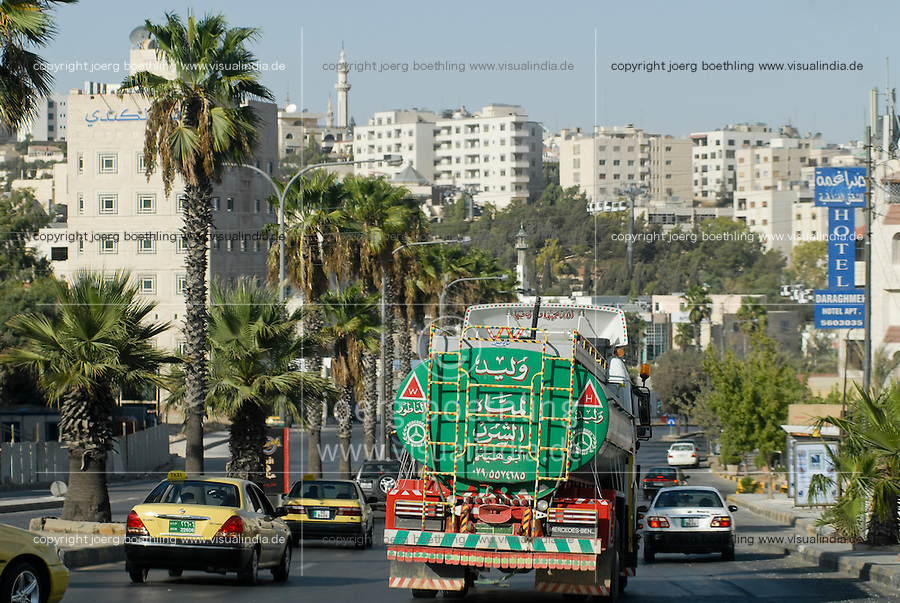 JORDAN, Amman, water tanker on the road / JORDANIEN  Amman, Wassertransport