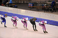 SCHAATSEN: HEERENVEEN 26-11-2014, Shani Davis bereidt zich deze week voor in Nederland op de World Cup van Berlijn en Heerenveen.<br /> Davis heeft tijd nodig om te acclimatiseren na de twee World Cups in Azië. <br /> Door het grote tijdsverschil en de lange reistijd moet hij, net als zijn collega schaatsers, herstellen van een jetlag. <br /> In Nederland mag Davis meetrainen met de schaatsers van het team van Beslist.nl.<br /> Door bemiddeling van Ingrid Paul kwam Davis terecht bij het team onder leiding van Gerard van Velde.<br /> Kai Verbij, Pim Schipper, Thomas Krol zijn daarbij zijn sparringpartners. <br /> In een ontspannen sfeer werkten de mannen hun trainingsprogramma af, ©foto Martin de Jong