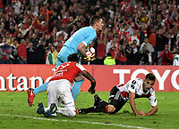 BOGOTÁ - COLOMBIA, 03-05-2018: Wilson Molero (Izq.) jugador de Independiente Santa Fe disputa el balón con Franco Armani (Cent.) y Marcelo Saracchi (Der.) jugadores de River Plate, durante partido entre Independiente Santa Fe (COL) y River Plate (ARG), de la fase de grupos, grupo D, fecha 5 de la Copa Conmebol Libertadores 2018, jugado en el estadio Nemesio Camacho El Campin de la ciudad de Bogota. / Wilson Molero (L) player of Independiente Santa Fe vies for the ball with Franco Armani (C) and Marcelo Saracchi (R) players of River Plate, during a match between Independiente Santa Fe (COL) and River Plate (ARG), of the group stage, group D, 5th date for the Conmebol Copa Libertadores 2018 at the Nemesio Camacho El Campin Stadium in Bogota city. Photo: VizzorImage  / Luis Ramírez / Staff.