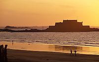 Europe/France/Bretagne/35/Ille-et-Vilaine/Saint- Malo: Lumière du soir sur la plage - Joggers