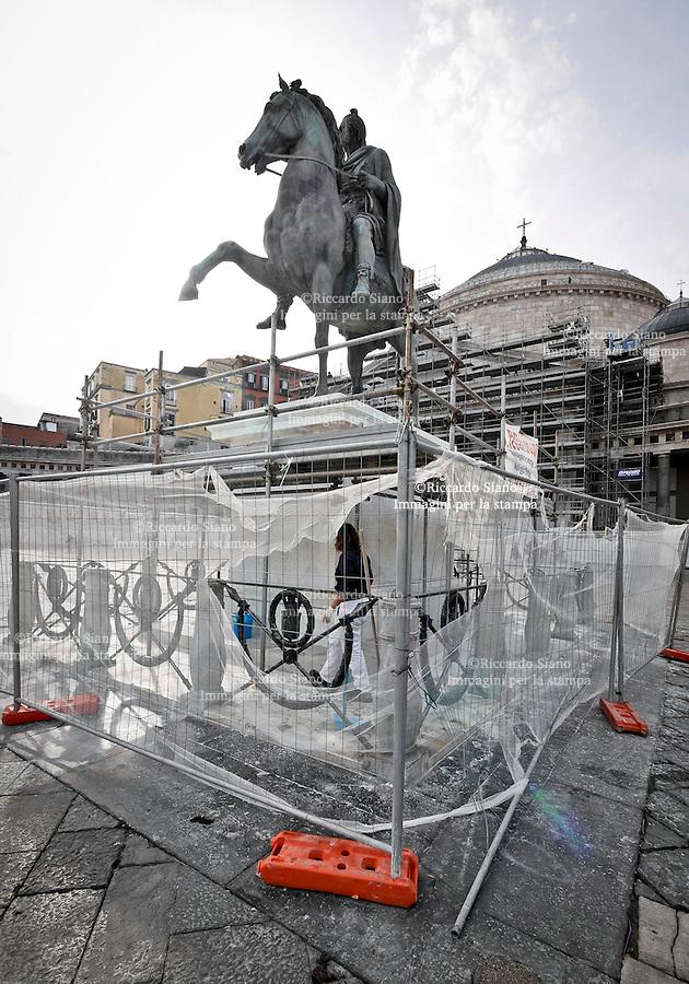 - NAPOLI 28 NOV 2014 -  Piazza Plebiscito stadua imbrattata dopo il restauro ancora in atto