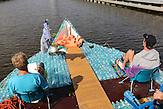 Zwei junge Tschechen haben 6.000 Plastikflaschen gesammelt, um darauf ein Abenteuer zu erleben. Sie haben ein Boot gebaut und fahren damit die Elbe hinunter, bis nach Hamburg.