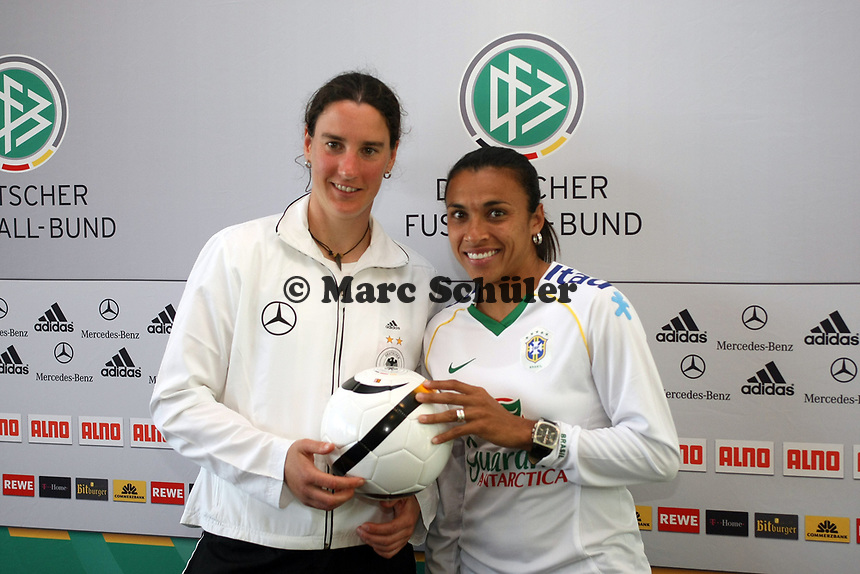 Birgit Prinz (D) mit Marta (BRA)<br /> PK zum Laenderspiel Deutschland vs. Brasilien *** Local Caption *** Foto ist honorarpflichtig! zzgl. gesetzl. MwSt. Auf Anfrage in hoeherer Qualitaet/Aufloesung. Belegexemplar an: Marc Schueler, Am Ziegelfalltor 4, 64625 Bensheim, Tel. +49 (0) 151 11 65 49 88, www.gameday-mediaservices.de. Email: marc.schueler@gameday-mediaservices.de, Bankverbindung: Volksbank Bergstrasse, Kto.: 151297, BLZ: 50960101