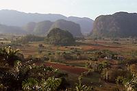 Cuba, Mogotes (Kalkberge) im Valle de Vinales, Blick von Hotel Los Jazmines, Provinz Pinar del Rio, Unesco-Weltkulturerbe