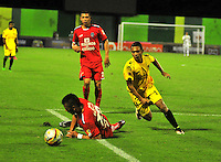 BARRANCABERMEJA- COLOMBIA - 27 - 05 -2016: Ronaldo Ariza (Der.) jugador de Alianza Petrolera, disputa el balón con Wilmer Boyaca (Izq.) jugador de Fortaleza FC, durante partido Alianza Petrolera y Fortaleza FC, por la fecha 0 por la Liga Aguila I 2016 en el estadio Daniel Villa Zapata en la ciudad de Barrancabermeja. / Ronaldo Ariza (R) player of Alianza Petrolera, figths the ball with Wilmer Boyaca (L) player of Fortaleza FC,  during a match between Alianza Petrolera and Fortaleza FC, for date 20 of the Liga Aguila I 2016 at the Daniel Villa Zapata stadium in Barrancabermeja city. Photo: VizzorImage  / Jose D Martinez / Cont.
