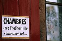 Europe/France/Aquitaine/64/Pyrénées-Atlantiques/Saint-Jean-Pied-de-Port: Rue de la Citadelle - Détail de l'enseigne pour des chambres pour les pèlerins des chemins de Saint-Jacques de Compostelle
