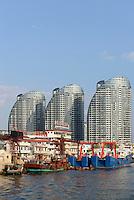 Architektur beim Hafen von Sanya auf der Insel Hainan, China<br /> architecture at port of Sanya, Hainan island, China