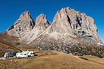 Italy, South Tyrol, Alto Adige, Dolomites, Passo Sella, mobile homes, Sassolungo mountains | Italien, Suedtirol, Dolomiten, Sellajoch Pass-Strasse, beliebter Uebernachtungsplatz fuer Wohnmobile vor Langkofelgruppe