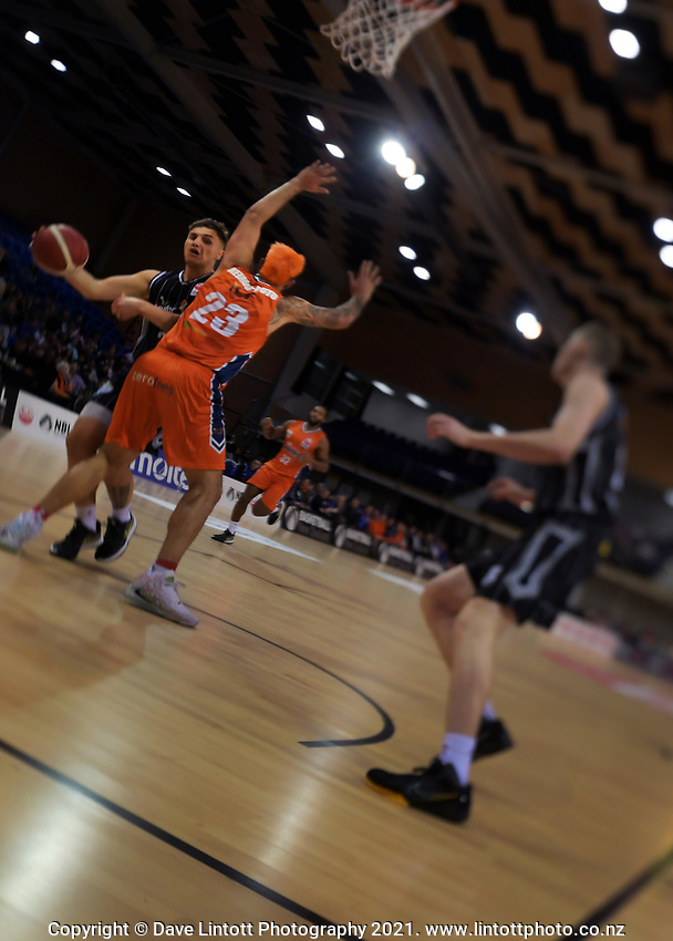 Action from the National Basketball League Final Four semifinal match between Hawkes Bay Hawks and Southland Sharks at Te Rauparaha Arena in Porirua, New Zealand on Thursday, 22 July 2021. Photo: Dave Lintott / lintottphoto.co.nz