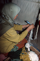 Berberin beim Teppichknüpfen, Houmt Souk, Djerba, Tunesien