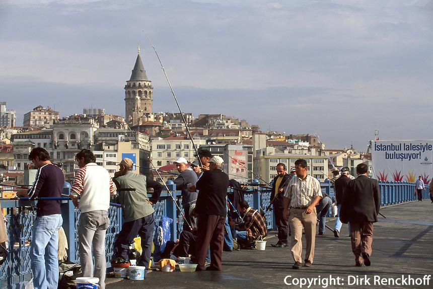 Türkei, Angler auf der Galatabrücke in Istanbul, Blick auf Karaköy