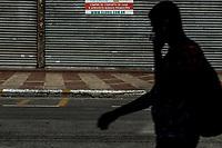 Sao Paulo, 20.03.2020 - COMERCIO FECHADO/CORONA - Regiao do Bras, zona central de Sao Paulo, teve o comercio fechado nesta sexta-feira (20), apos decreto da Prefeitura para prevenir a disseminaçao do Covid-19; CET fechou ruas, lojas colocaram avisos de compra online, transeuntes circulavam com mascaras pela regiao, fiscais municipais circulavam a area e a estaçao Bras de metro e CPTM tinha pouco movimento no inicio da tarde.  (Foto: Carla Carniel/Código19)