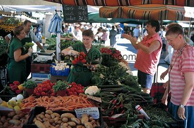 Deutschland, Bayern, Oberbayern, Muenchen: Obst- und Gemuesestand auf dem Viktualienmarkt | Germany, Bavaria, Upper Bavaria, Munich: stand at Viktualien market