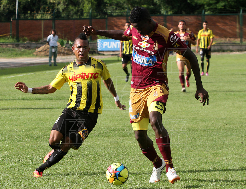 FLORIDABLANCA -COLOMBIA, 02-11-2014.  Nelson Barahona (Izq) jugador de Alianza Petrolera disputa el balón con Yulian Quiñonez (Der) de Deportes Tolima durante encuentro  por la fecha 17 de la Liga Postobon II 2014 disputado en el estadio Alvaro Gómez Hurtado de la ciudad de Floridablanca./ Nelson Barahona (L) player of Alianza Petrolera fights for the ball with Yulian Quiñonez (R) player of Deportes Tolima during match for the 17th date of the Postobon League II 2014 played at Alvaro Gomez Hurtado stadium in Floridablanca city Photo:VizzorImage / Duncan Bustamante / STR