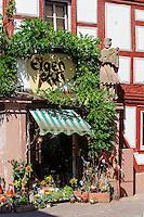 St. Nepomuk vor Geschäft auf Hauptstraße von Miltenberg in Unterfranken, Bayern, Deutschland