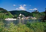 Deutschland, Rheinland-Pfalz, Moseltal, Beilstein an der Mosel mit Burg Metternich, Ausflugsschiff | Germany, Rhineland-Palatinate, Moselle Valley, Beilstein at river Moselle with CastleMetternich, sightseeing boat