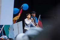 """Bis zu 2500 Anhaenger der Rechtspartei """"Alternative fuer Deutschland"""" (AfD) versammelten sich am Samstag den 7. November 2015 in Berlin zu einer Demonstration. Sie protestierten gegen die Fluechtlingspolitik der Bundesregierung und forderten """"Merkel muss weg"""". Die Demonstration sollte der Abschluss einer sog. """"Herbstoffensive"""" sein, zu der urspruenglich 10.000 Teilnehmer angekuendigt waren.<br /> Mehrere tausend Menschen protestierten gegen den Aufmarsch der Rechten und versuchten an verschiedenen Stellen die Route zu blockieren. Gruppen von AfD-Anhaengern wurden von der Polizei durch Einsatz von Pfefferspray, Schlaege und Tritte durch Gegendemonstranten, die sich an zugewiesenen Plaetzen aufhielten, zur rechten Demonstration gebracht. Zum Teil wurden sie von Neonazis-Hooligans dabei angefeuert. Dabei kam es zu Verletzten, mehrere Gegendemonstranten wurden festgenommen.<br /> Im Bild: Parteichefin Frauke Petry spricht bei der Kundgebung der AfD vor dem Berliner Hauptbahnhof.<br /> 7.11.2015, Berlin<br /> Copyright: Christian-Ditsch.de<br /> [Inhaltsveraendernde Manipulation des Fotos nur nach ausdruecklicher Genehmigung des Fotografen. Vereinbarungen ueber Abtretung von Persoenlichkeitsrechten/Model Release der abgebildeten Person/Personen liegen nicht vor. NO MODEL RELEASE! Nur fuer Redaktionelle Zwecke. Don't publish without copyright Christian-Ditsch.de, Veroeffentlichung nur mit Fotografennennung, sowie gegen Honorar, MwSt. und Beleg. Konto: I N G - D i B a, IBAN DE58500105175400192269, BIC INGDDEFFXXX, Kontakt: post@christian-ditsch.de<br /> Bei der Bearbeitung der Dateiinformationen darf die Urheberkennzeichnung in den EXIF- und  IPTC-Daten nicht entfernt werden, diese sind in digitalen Medien nach §95c UrhG rechtlich geschuetzt. Der Urhebervermerk wird gemaess §13 UrhG verlangt.]"""